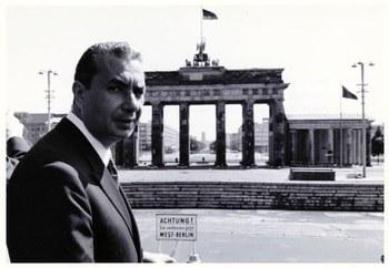 Davanti alla Porta di Brandeburgo in visita ufficiale nella Repubblica federale tedesca  Berlino, 30 giugno 1966  Centro documentazione Archivio Flamigni, Fondo Aldo Moro, Fotografie
