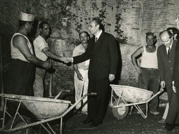 Con degli operai  inizio anni '70  Centro documentazione Archivio Flamigni, Fondo Aldo Moro, Fotografie