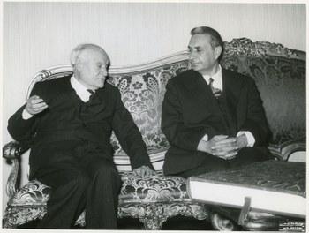 Con Giuseppe Ungaretti in occasione del suo 80° compleanno  Roma, 12 febbraio 1968  Centro documentazione Archivio Flamigni, Fondo Aldo Moro, Fotografie