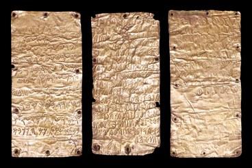 Lamine d'oro con tetso in lingua etrusca e fenicia con dedica di un luogo sacro a una divinità fenicia da parte di un principe etrusco - da Trisemgistos gallery