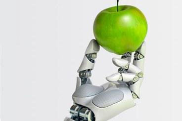 Mano robotica che regge una mela