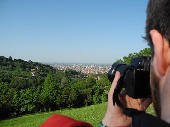 Immagine di un ragazzo che fotografa un paesaggio