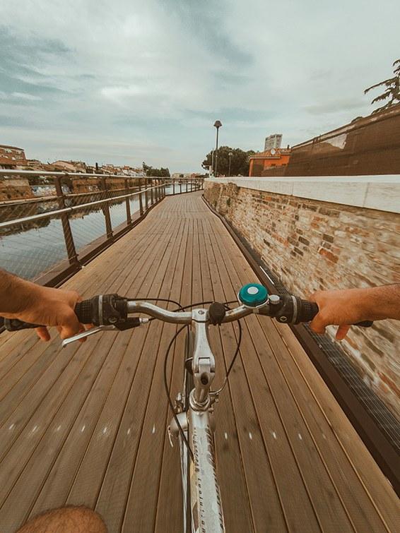 Immagine di ragazzo in bici