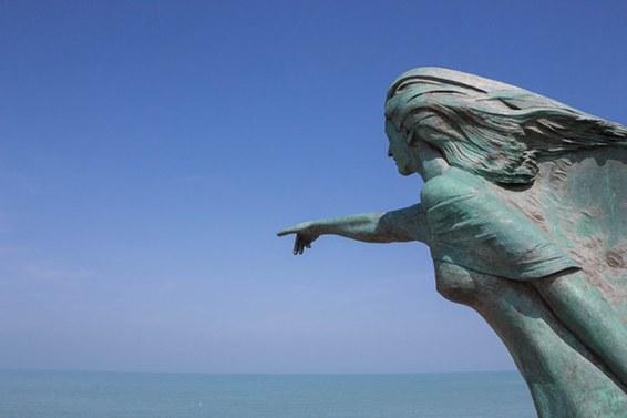 Immagine di statua che indica il mare