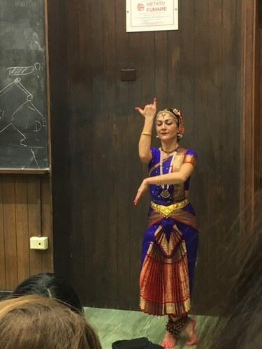 Seminario condotto da Cristiana Natali e Alessandra Pizza: Lezione-spettacolo di danza bharata natyam. Foto di Nadia Perri.