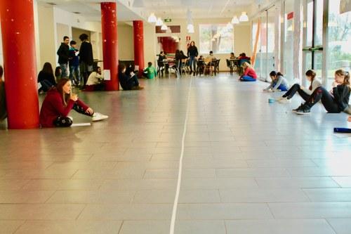 Immagine: Ragazzi durante il gioco della linea, progetto Sguardi Oltre, Firenze, 2017.